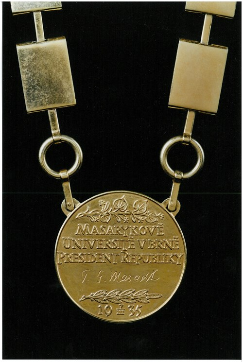 Masarykova medaile na rektorském řetězu – rub Foto: Masarykova univerzita
