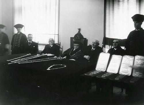 Prezentace insignií 1938 – uprostřed rektor Arne Novák Foto: Masarykova univerzita