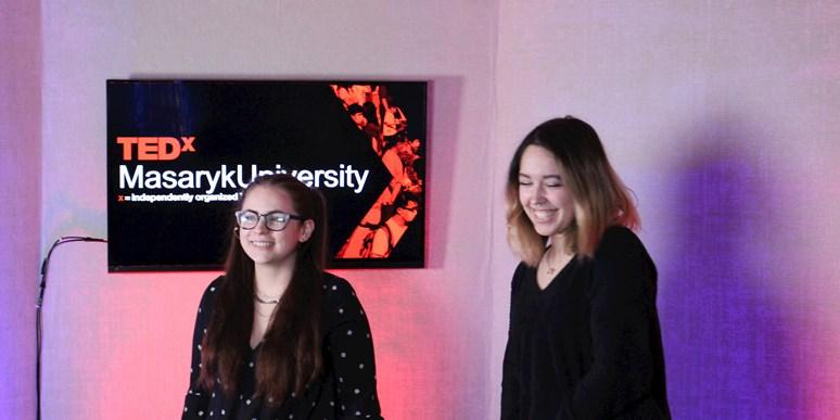 Julie Vinklová spolu s Terezou Kráčmarovou prezentovaly na TEDxMasarykUniversity své zkušenosti se začleněním herních prvků do výuky. Foto: archiv Julie Vinklové
