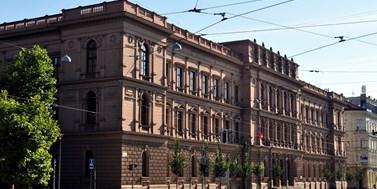Česká republika neuznává zahraniční rozhodnutí oosvojení stejnopohlavními páry. Novela institutu manželství to může změnit