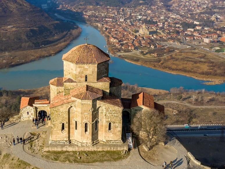 Kostel Džvari ze 6. století, tyčící se nad posvátným městem Mccheta na soutoku řek Mtkvari a Aragvi. Zdroj: Wikimedia Commons