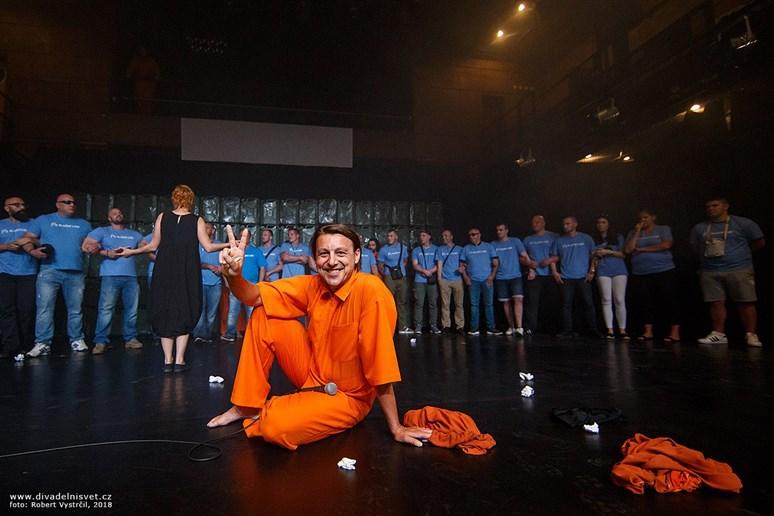 Představení se snažili narušit představitelé ultrapravicového hnutí Slušní lidé. Foto: Robert Vystrčil, 2018