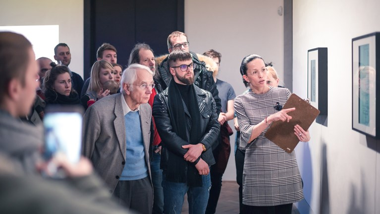 Jana Horáková na vernisáži výstavy Computer Graphic Re-visited 2.0 v Domě umění města Brna, kterou v roce 2018 kurátorsky připravila ve spolupráci s absolventem FF MU Jiřím Muchou.