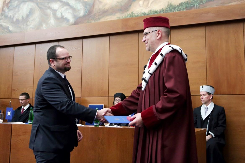 Jiří Macháček přebírá cenu rektora MU (2016).