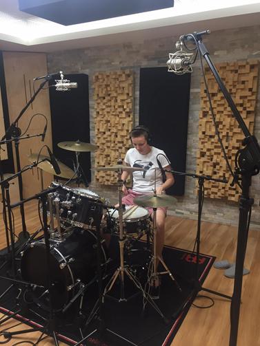 V rockové kapele Jinany hraje Andrea Stašková na bicí. Kromě toho jsou jejími koníčky setkávání se s přáteli, posedávání v kavárnách, procházky s přítelkyní a půjčeným psem Banánem či sledování seriálů na Netflixu. Foto: archiv Andrey Staškové
