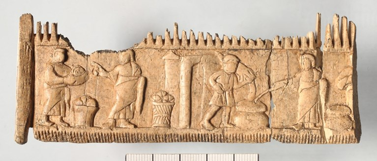 Pozdně antický slonovinový hřeben z Mirine se scénou přeměny vody ve víno na svatbě v Káni Galilejské, Záhřeb. ©Arheološki muzej u Zagrebu: Damir Doračić