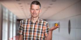 """Vidět poprvé strukturu naší molekuly bylo to největší """"wow"""", říká Vladimír Šindelář"""