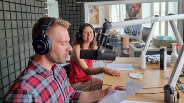 Jana Soukopová s moderátorem Alešem Kohoutem ve studiu při natáčení podcastu.