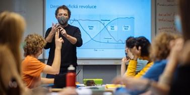 Nepozorní, ale upovídaní žáci dosahují lepších výsledků než ti, kteří jen poslouchají, potvrdil oceněný výzkum