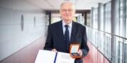 Eduard Schmidt receives the Medal of Lifelong Merit for the Development of Natural Sciences