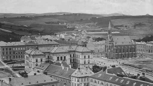 Okolí Červeného kostela ještě bez dnešní budovy FSS.