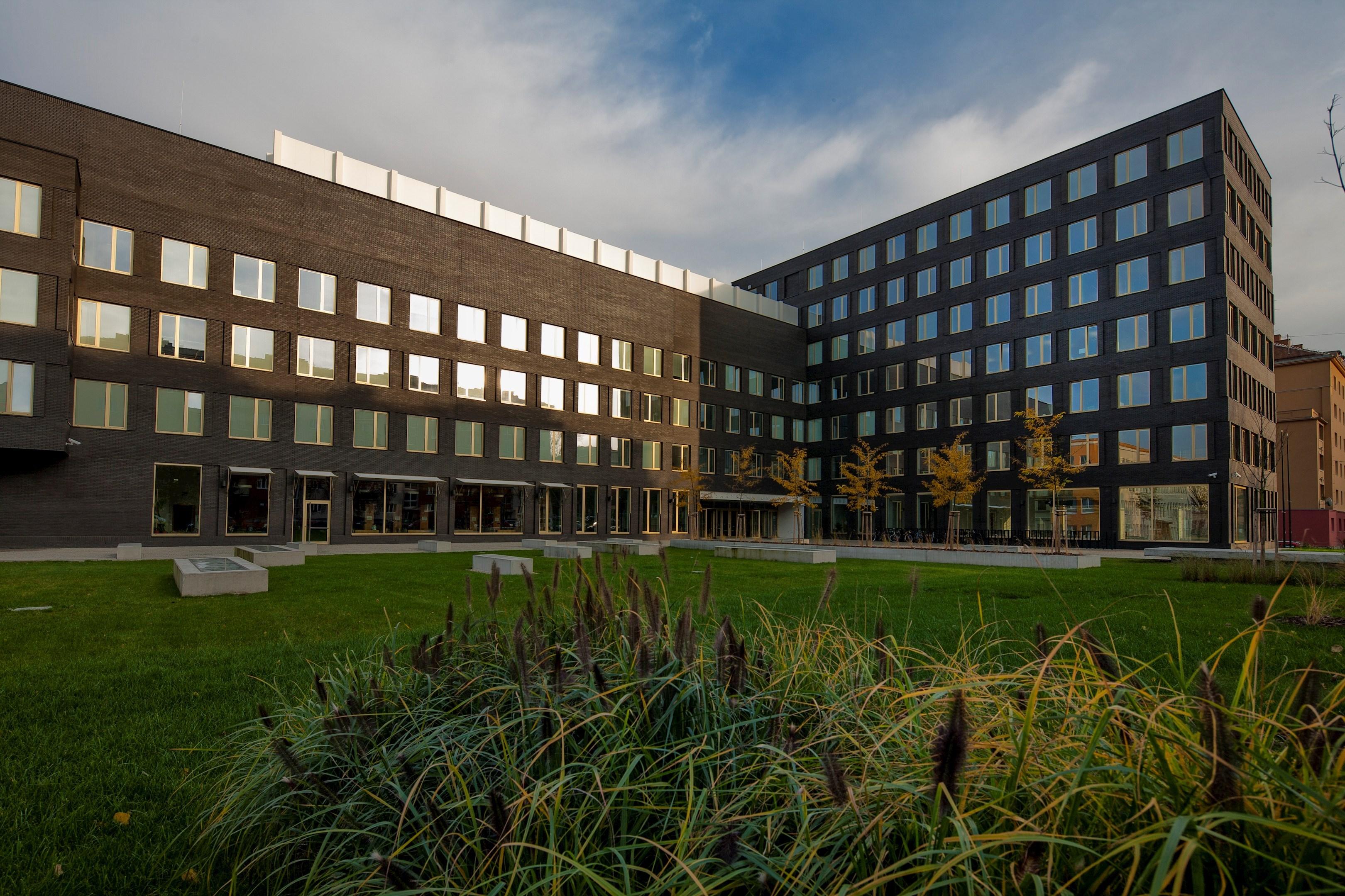 Zbrusu nová budova Fakulty informatiky MU