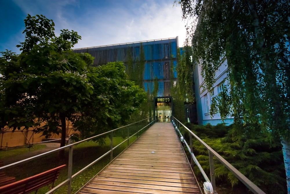 Areál Filozofické fakulty MU - pohled na knihovnu