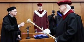 Literární vědec Demetz převzal čestný doktorát