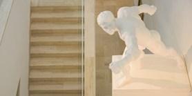 Sochy na FF připomínají antické dějiny i historii vysokých škol