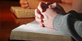 Výzkum: Lidé mají předsudky vůči ateistům. I když jsou sami nevěřící