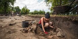 Jako hledači pokladů. Studenti vyzvedávají ze země historii Pohanska