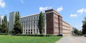 Menza a dvě velké posluchárny na právnické fakultě zůstanou zavřené