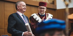 Prezident Kiska převzal Velkou zlatou medaili Masarykovy univerzity