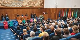 Překvapení pro pedela i loučení rektora. Univerzita oslavila Dies academicus