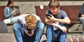 Výzkum: Zakazovat používání mobilů ve školách není potřeba