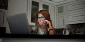 Výzkum: Čeští rodiče se nebaví s dětmi o tom, co dělají na internetu