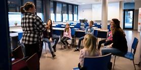 Budoucí učitelé hlídají děti zdravotníků. Je potřeba tady být, říká studentka