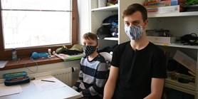 Video: Jak pomáhají studenti MUNI? Vozí roušky nebo odebírají vzorky