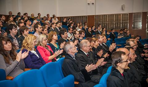 Potlesk po přednášce profesora Henzingera vaule                       Právnické fakulty MU při přebírání čestného doktorátu MU