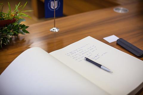 Text profesora Henzingera vepsaný do knihy návštěv při přebírání čestného doktorátu MU