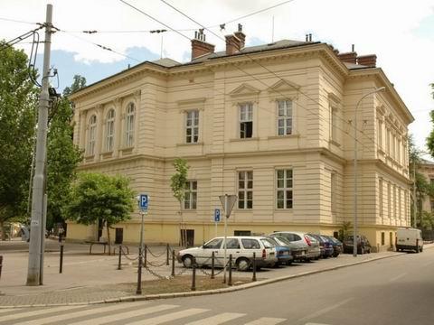 Budova FF, Joštova 13, budova M, Hlavní budova - z boku